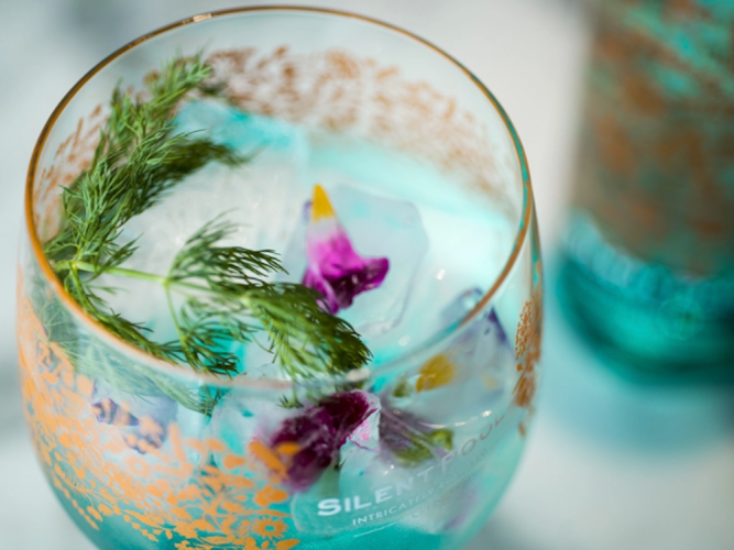 glass Silent Pool gin